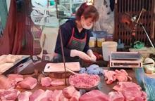 Thịt lợn giảm giá mạnh, tiểu thương ra sức chào mời