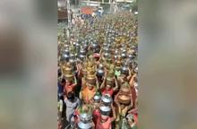 """Hàng nghìn phụ nữ Ấn Độ dâng nước thiêng để """"ngăn Covid-19"""""""
