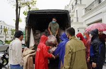 Hơn chục người dầm mưa vận chuyển, phát miễn phí 5,5 tấn nông sản Bắc Giang