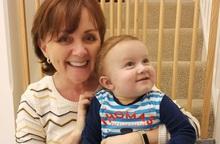 Bà ngoại hiến gan cứu sống cháu trai 13 tháng tuổi