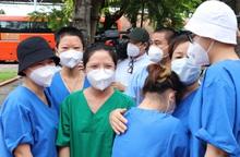 Tình nguyện viên tôn giáo bịn rịn chia tay sau 1 tháng hỗ trợ chăm sóc, điều trị bệnh nhân Covid-19