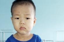 Hoàn cảnh khó khăn của cậu bé 3 tuổi đã 7 lần phẫu thuật để giành sự sống