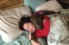 Người phụ nữ 27 tuổi mua sắm online khi đang ngủ