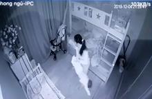 Bé 14 tháng tuổi bị người giúp việc xách ngược chân, ném xuống giường