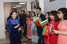 Chủ tịch Quốc hội đón nhận tình cảm ấm áp của cộng đồng người Việt tại Tatarstan, LB Nga