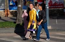 Sài Gòn ngày Tết – nhiều đàn ông diện áo dài nam du xuân