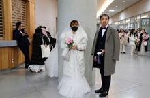 Cô dâu bịt khẩu trang trong đám cưới tập thể tại Hàn Quốc