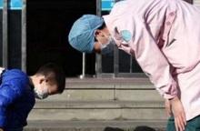 Trùng hợp kỳ lạ từ bức ảnh cậu bé 2 tuổi cúi đầu trước nữ y tá chống dịch SARS-CoV-2