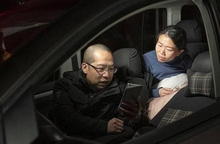 """Cặp vợ chồng """"lấy ô tô làm nhà"""" để có thêm thời gian cho bệnh nhân SARS-CoV-2"""