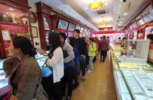 Hà Nội: Vàng giảm hơn 1 triệu đồng/lượng, khách vẫn xếp hàng dài mua bán