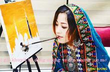 Cô gái khuyết tật dùng miệng vẽ nên những ước mơ