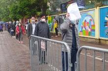 Người dân đội mưa, xếp hàng dài chờ test nhanh Covid-19