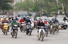 Người dân Hà Nội nườm nượp ra đường dù vẫn đang cách ly