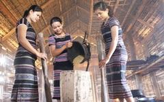 Nét đẹp giã gạo của phụ nữ Làng Teng