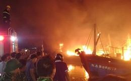 Nghệ An: 5 tàu cá của ngư dân tại cảng Lạch Quèn cháy dữ dội trong đêm