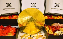 NTK Đỗ Trịnh Hoài Nam dát vàng lên 26 chiếc nón lá để trình diễn áo dài
