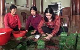 Người dân Nghệ An, Hà Tĩnh gói hàng ngàn chiếc bánh chưng tặng bà con vùng rốn lũ