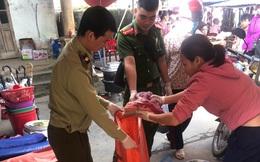 Tiêu huỷ gần 70kg thịt lợn bốc mùi đang được bày bán tại chợ