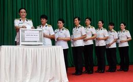 Hội Phụ nữ Vùng 5 Hải quân quyên góp ủng hộ đồng bào miền Trung