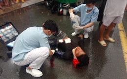 Cứu sống bệnh nhân nguy kịch khi cả người và xe máy nằm ở gầm xe buýt