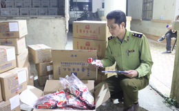 Tiêu hủy gần 7.000 túi chân gà tẩm, 1.000 lon bia Trung Quốc nhập lậu
