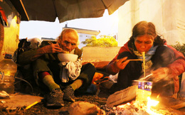 Rớt nước mắt cảnh vợ chồng vô gia cư 30 năm nhặt ve chai trong cái lạnh như cắt da ở Hà Nội