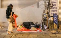 """Xót xa cảnh """"màn trời chiếu đất"""" của người vô gia cư giữa đêm đông lạnh giá ở Hà Nội"""