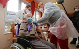 Cụ bà 101 tuổi là người đầu tiên ở Đức được tiêm vaccine ngừa Covid-19