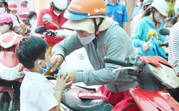 Phụ huynh TPHCM tranh thủ từng giây để đưa đón con khi trường chưa tổ chức bán trú