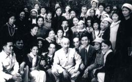 """Bức ảnh lịch sử """"Bác Hồ nói chuyện với đại biểu Đại hội phụ nữ"""""""