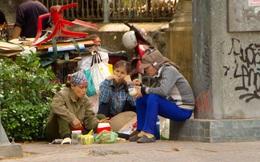 """Người dân Sài Gòn """"đội nắng"""" ăn vội bữa cơm giữa cuộc mưu sinh"""
