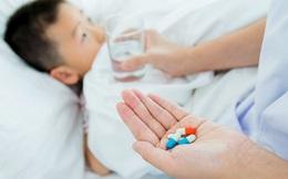 Chuyên gia chỉ cách phân biệt sốt xuất huyết và sốt virus, thuốc điều trị từng loại bệnh cho bé