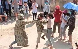 Tuyên Quang: 2 nữ sinh đánh nhau trước cổng trường, hàng trăm người đứng cổ vũ