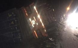 Quảng Ninh: Container đè xe 16 chỗ bẹp dúm, ít nhất 2 người tử vong