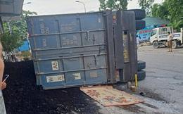 Yên Bái: Xe đầu kéo lật nghiêng đè bẹp xe máy, 2 mẹ con tử vong thương tâm
