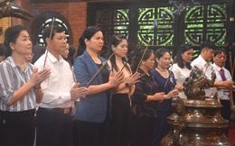 Chủ tịch Hội LHPN Việt Nam Hà Thị Nga dâng hương tại Nhà tưởng niệm Bác Hồ và Di tích Đoàn phụ nữ cứu quốc