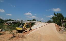 """Cầu xây hơn 10 tỷ, dân không dám đi vì thiết kế """"thách thức tử thần"""""""