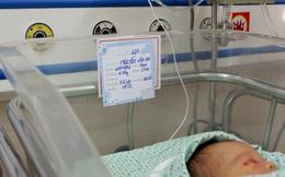 Chuyên gia Nhi khoa Vương Quốc Anh cùng hội chẩn để cứu bé sơ sinh bị bỏ rơi ở hố ga