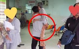 Hình ảnh người con trai bế mẹ già trong bệnh viện khiến dân mạng xúc động