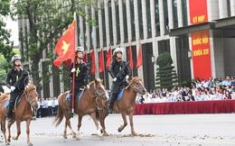 Cảnh sát cơ động kỵ binh diễu hành báo cáo kết quả trước Quốc hội