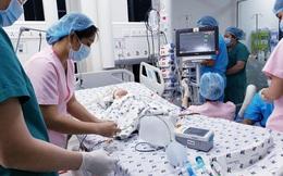 Cha mẹ bé gái song sinh dính liền bật khóc sau khi ca đại phẫu kết thúc thành công
