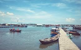 Du khách thích thú khi vừa ăn hải sản tươi ngon, vừa ngắm hoàng hôn ở làng bè Long Sơn