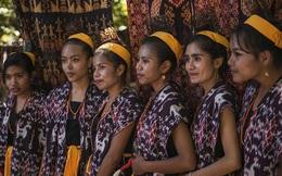 """Những chuyện đẫm nước mắt từ tục """"bắt vợ"""" ở hòn đảo ngọc của Indonesia"""