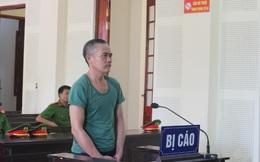 Chồng bị hàng xóm đâm chết, vợ tiều tụy đưa 3 con nhỏ đến tòa