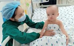 25 ngày sau ca đại phẫu tách rời, bé song sinh Trúc Nhi, Diệu Nhi đã tự ngồi dậy vui đùa