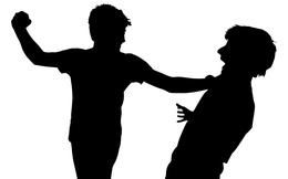 Người đàn ông bị vợ và con trai trói tay, cầm dép đánh liên tiếp vào mặt