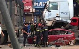 """Hà Nội: Đang dừng đèn đỏ, xe con bị xe container """"nuốt trọn"""" từ phía sau"""