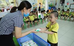 Quan tâm đến dinh dưỡng cho học sinh trong mùa dịch, nhiều trường triển khai chương trình sữa học đường