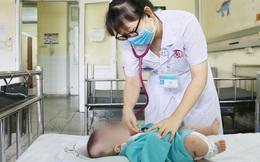 Mẹ rửa mũi cho con, hai trẻ phải nhập viện cấp cứu