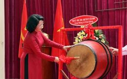 Phó Chủ tịch nước Đặng Thị Ngọc Thịnh đánh trống khai giảng tại TPHCM